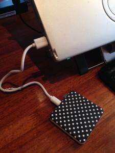 モバイルルーターへの蓄電は、PCからUSBケーブル経由で行う